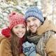 Glückliches Pärchen vor Winterlandschaft